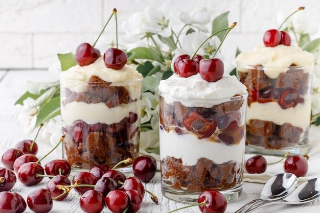 Drobiazgowy deser zrobiony z owoców, cienkiej warstwy gąbczastych palców nasączonych sherry z czekoladą, kawą lub wanilią.
