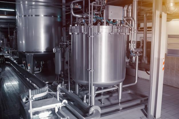 Drobny filtr do piwa. przemysłowy system filtracji piwa w browarze