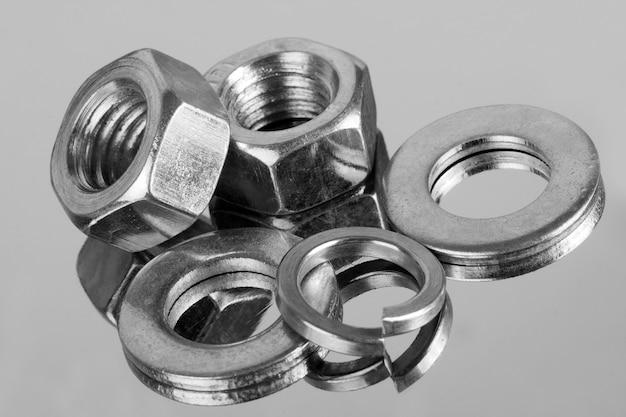 Drobny sprzęt przemysłowy - nakrętki i podkładki. zbliżenie