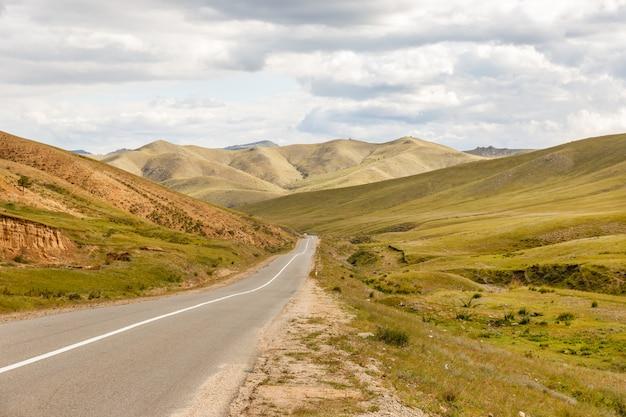 Droga asfaltowa darkhan-ulaanbaatar w mongolii