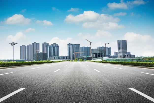 Droga asfaltowa i nowoczesne miasto