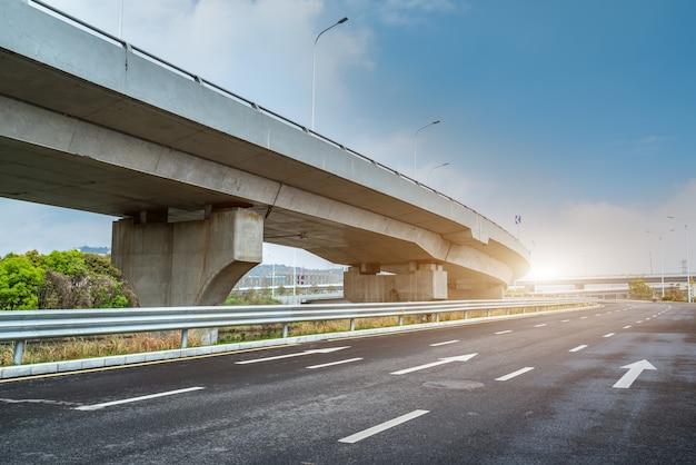 Droga asfaltowa i wiadukt miejski