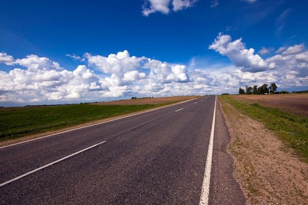 Droga asfaltowa na terenach wiejskich.