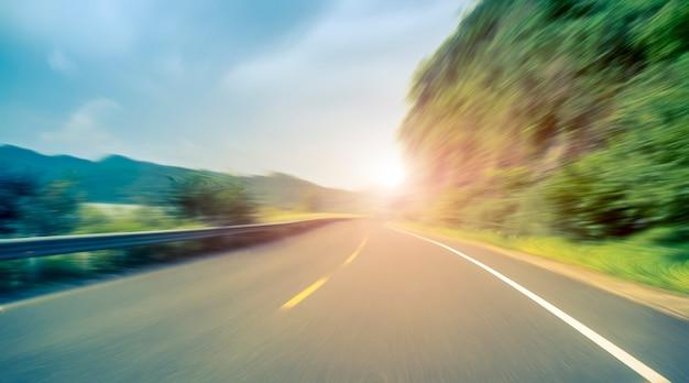 Droga asfaltowa na zewnątrz autostrady