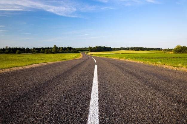 Droga asfaltowa w okresie letnim