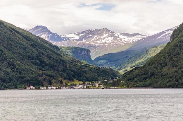 Droga do fiordu geiranger w norwegii