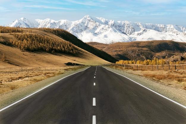 Droga do gór w okresie jesiennym. pojęcie turystyki aktywnej i samochodowej.