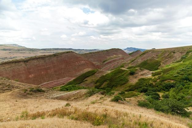 Droga do klasztoru dawida garei, piękne krajobrazy, kolorowe góry i drogi gruntowe