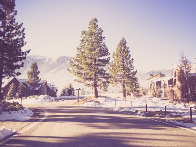 Droga do mammoth lakes w zimie. (filtrowany obraz przetwarzany vin