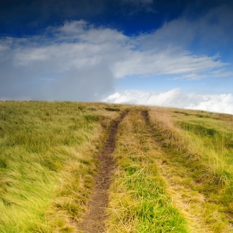Droga do nieba, panorama z górskiej ścieżki i błękitne niebo