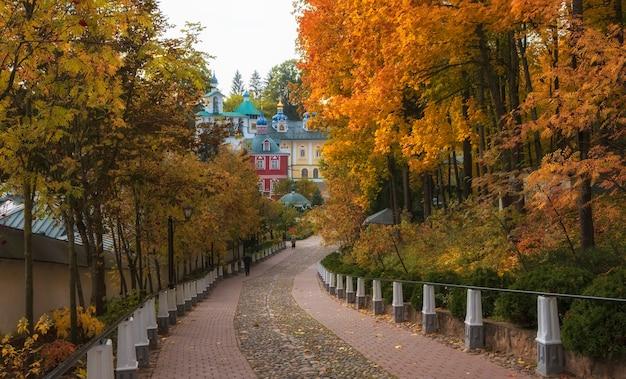 Droga do pięknych kościołów w klasztorze zaśnięcia pskowo peczerskiego w mieście pechery, obwód pskowski, rosja podczas złotej jesieni