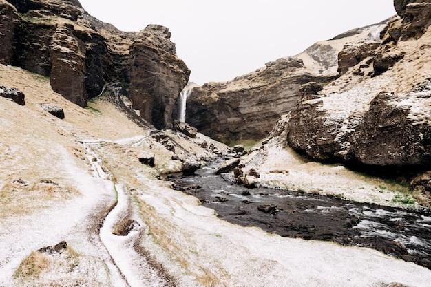 Droga do wodospadu kvernufoss na południu islandii na górskiej rzece ze złotym pierścieniem w a