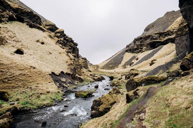 Droga do wodospadu kvernufoss na południu islandii na górskiej rzece ze złotym pierścieniem