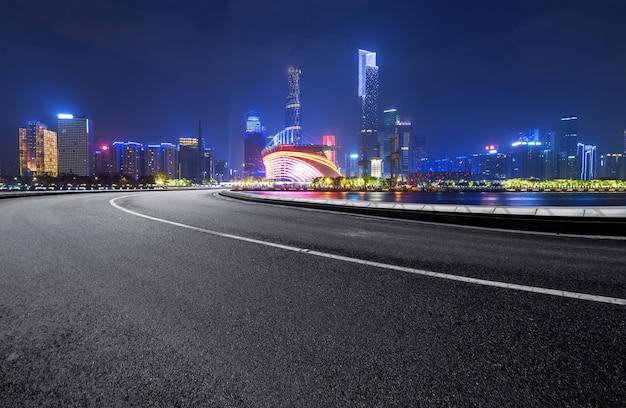 Droga ekspresowa i nowoczesna linia horyzontu znajdują się w guangzhou w chinach.