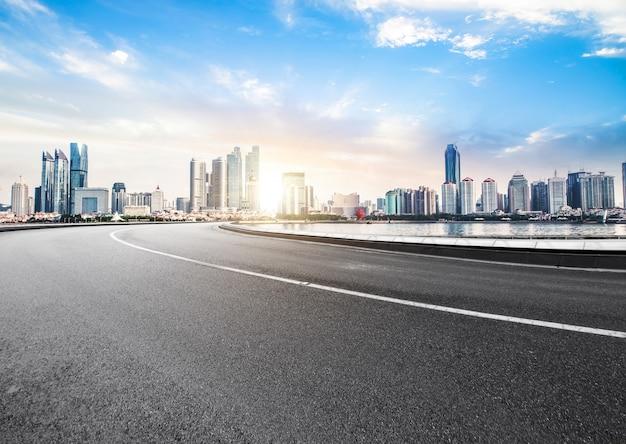 Droga ekspresowa i nowoczesna linia horyzontu znajdują się w qingdao w chinach.