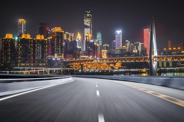 Droga ekspresowa i nowoczesna panorama miasta znajdują się w chongqing w chinach.