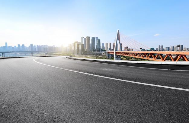 Droga ekspresowa i nowoczesne miasto znajdują się w chongqing w chinach.
