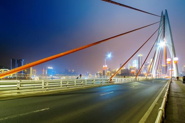 Droga ekspresowa na rzece yangtze bridge i nowoczesnej scenerii miasta w chongqing, chiny