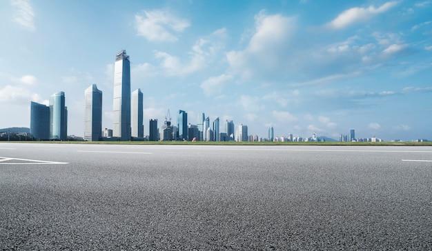 Droga gruntowa i nowoczesna architektura krajobrazu panoramę chińskiego miasta