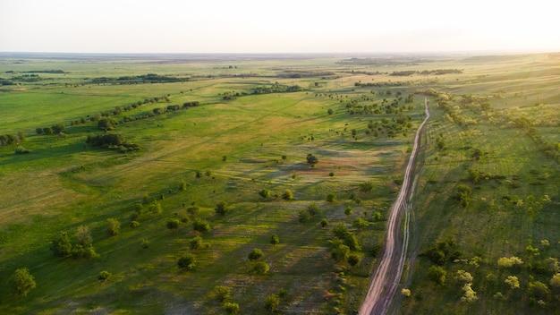 Droga gruntowa wśród zielonych łąk
