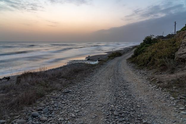 Droga gruntowa wzdłuż wybrzeża morskiego