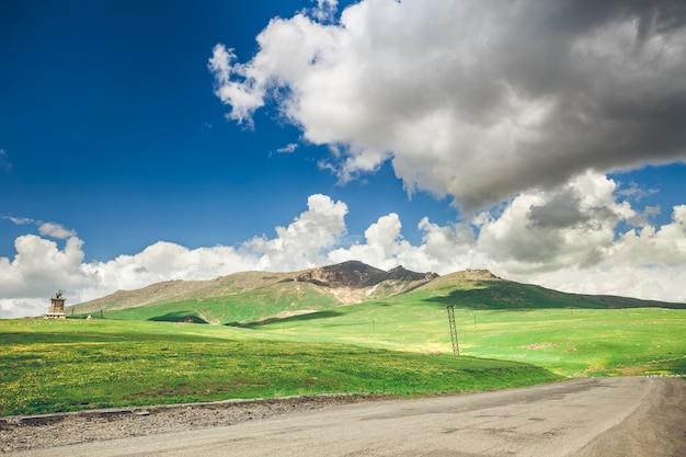 Droga i błękitne niebo