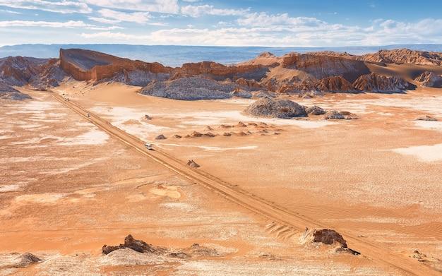 Droga i skały w valle de la luna. pustynia atacama. chile, ameryka południowa