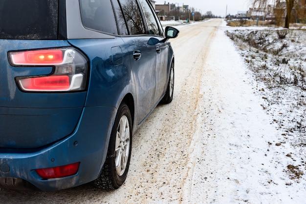 Droga jest oczyszczona ze śniegu i posypana solą i piaskiem dla bezpiecznego poruszania się