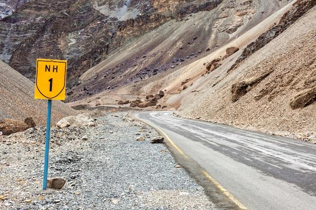 Droga krajowa srinagar leh nh-1 w himalajach. ladakh, indie