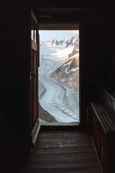 Droga między pokrytymi śniegiem alpami chamonix we francji