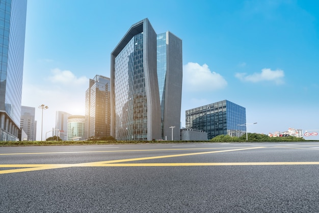 Droga miejska i nowoczesna architektura
