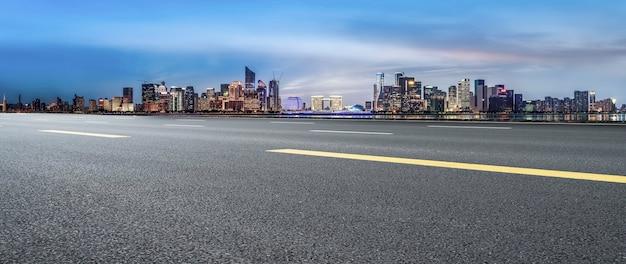 Droga miejska i panoramę architektonicznego krajobrazu hangzhou