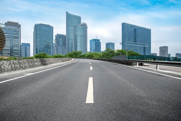 Droga miejska przez nowoczesne budynki w chinach