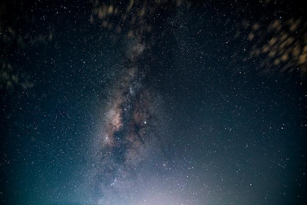 Droga mleczna i gwiazdy na nocnym niebie