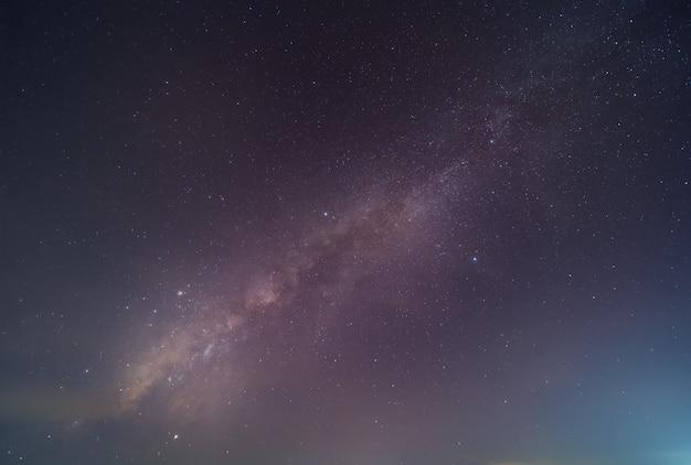 Droga mleczna i gwiazdy na pięknym nocnym niebie