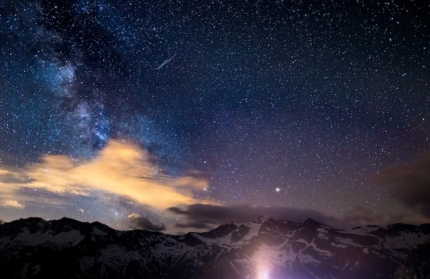 Droga mleczna i gwiaździste niebo uchwycone na dużych wysokościach latem we włoskich alpach