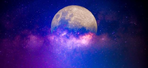 Droga mleczna i księżyc na nocnym niebie