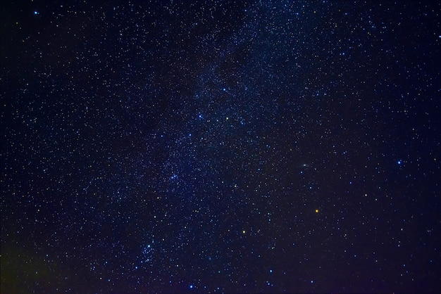 Droga mleczna na gwiaździstym niebie z mgławicami i galaktykami. tło z gwiazdami i przestrzenią