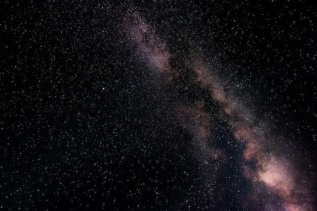 Droga mleczna na nocnym niebie