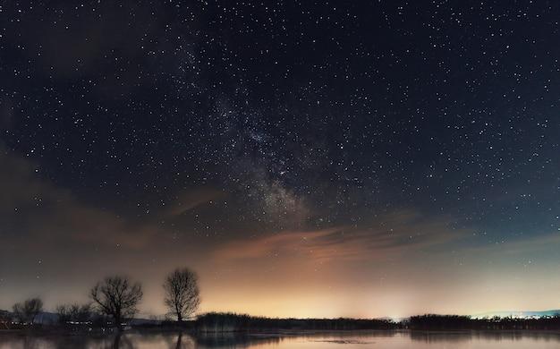 Droga mleczna nad jeziorem galaktyka drogi mlecznej nad jeziorem dojran macedonia północna