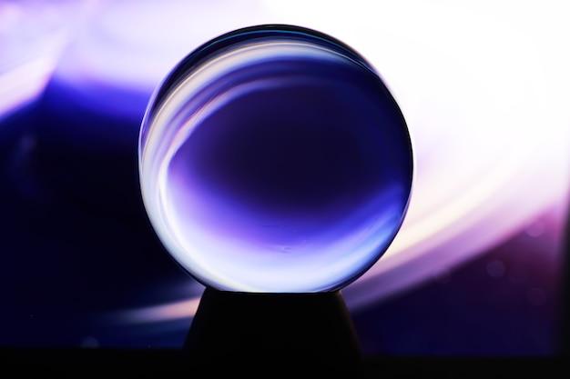 Droga mleczna w magicznej sferze, wróżka, koncepcja mocy umysłu. prognozy magicznej kuli. tajemnicza kompozycja. wróżka, siła umysłu, koncepcja przewidywania. kopiuj przestrzeń