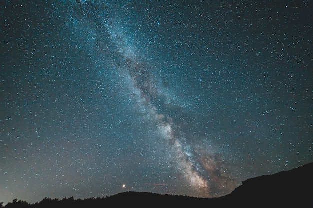 Droga mleczna w nocy na niebie