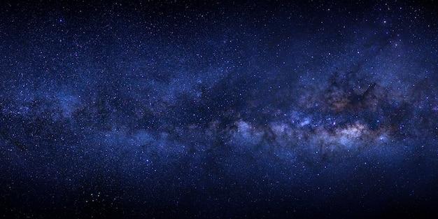Droga mleczna z gwiazdami i kosmicznym pyłem we wszechświecie