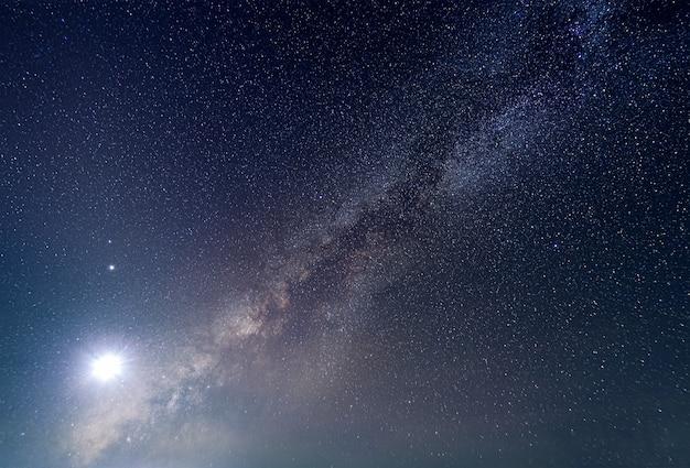 Droga mleczna z jasnym światłem księżyca w nocy stary