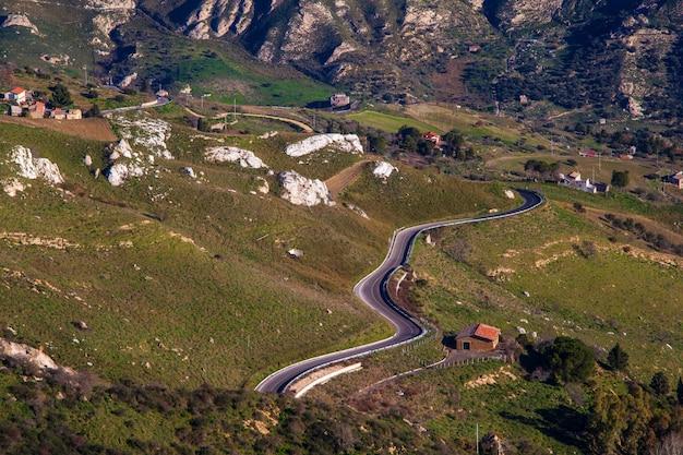 Droga na sycylijskiej wsi