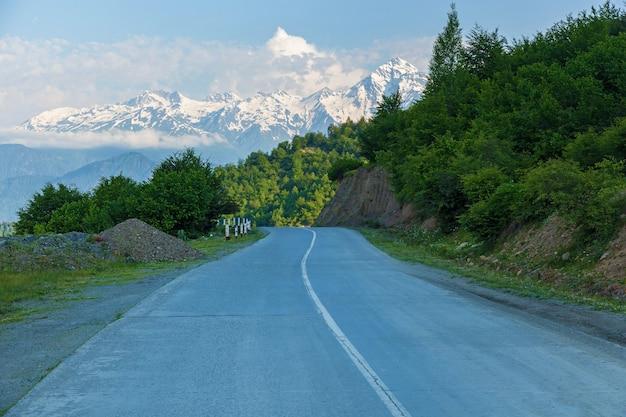 Droga na tle gór w pobliżu wsi mestia, gruzja