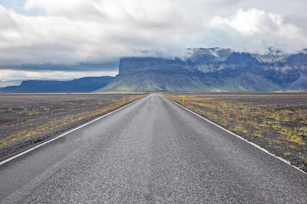 Droga na tle górskiego krajobrazu na islandii