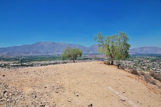 Droga na wzgórzu w pobliżu miasta los andes, chile