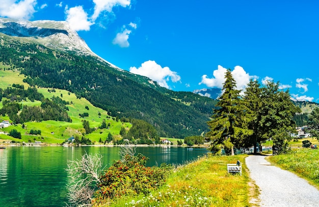 Droga nad jeziorem reschen w południowym tyrolu, włoskie alpy