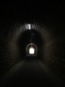 Droga naprzód w kierunku światła na końcu tunelu